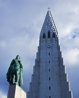 Statue of Leif Eiriksson in front of Hallgrimskirkja