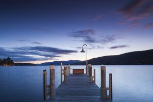 USA, New York, Adirondack Mountains, Lake George, boat pier, dawn