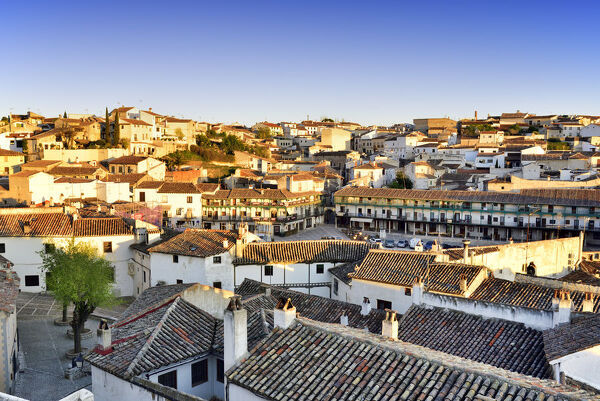 The old town of Chinchon with the 15-17th century Plaza Mayor in the evening. Castilla la Mancha, Spain