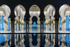 Night view of Sheikh Zayed Mosque reflected in the pool, Abu Dhabi, United Arab Emirates