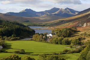 UK, North Wales, Snowdonia. The Snowdon Horseshoe rises above Llyn Mymbr.